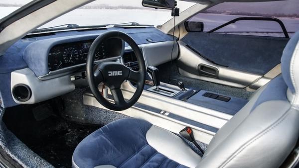 Салон DeLorean DMC-12
