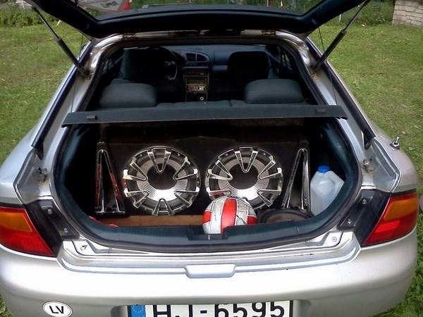 Красиво оформленный сабвуфер в багажнике