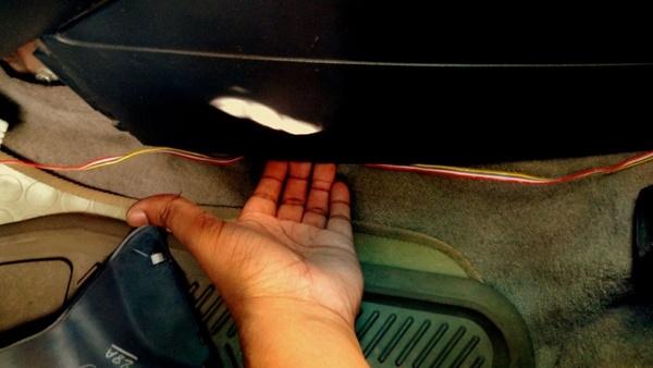 Подключаем провода в коннекторы и прячем проводку