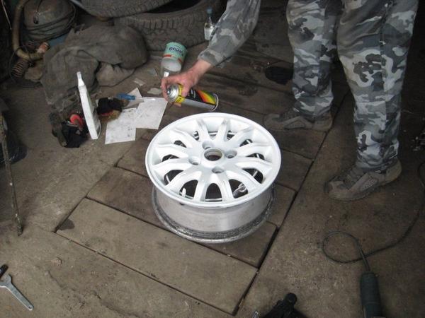наносим первый слой краски на диски