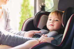ребенок в автокресле в грузовом автомобиле